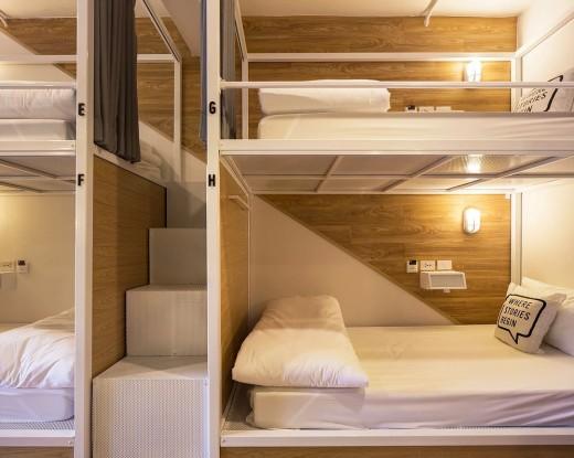 タイ バンコクのユースホステルのベッドルームに並ぶ2段ベッド1