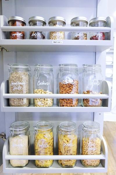 パントリーの戸袋に収められた同じガラス容器で統一して整理整頓した食品類2