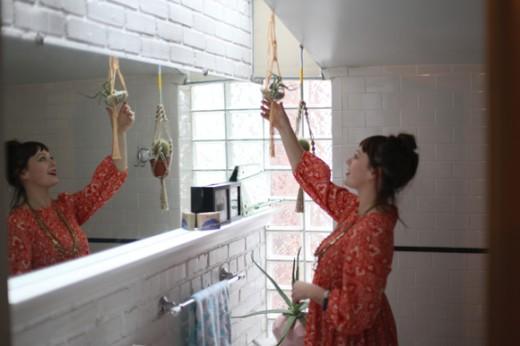 サブウェイタイルと白いペンキ塗りのレンガで囲われたロフトハウスのバスルームの洗面台