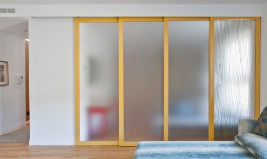 木製フレームとアクリル樹脂の半透明パネルのスライドドアで仕切られるリビングの一画 スライドドアを閉めきったところ