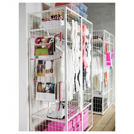 IKEAのワイヤーフレーム・ワードローブPS 2014にショッキングピンクを組み合わせてカラフルな「見せる収納」