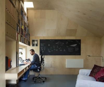 壁面いっぱいの大きな作りつけ本棚のある離れのワークスペース2