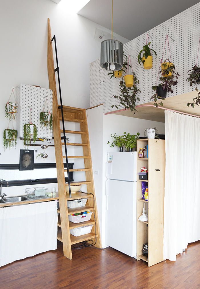 キッチン脇に掛けられた、ロフトに上がるための梯子