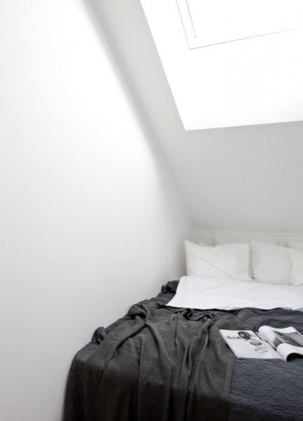 勾配天井と天窓の下のコンパクトなベッドルーム2