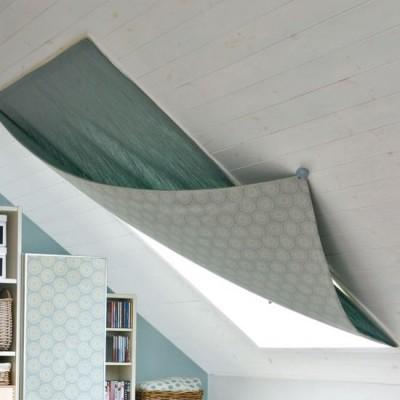 斜め天井に埋め込まれた大きな天窓に手軽なカーテン2