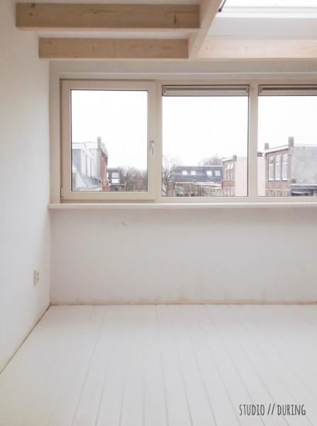 大きな窓の脇に広く大きなカウンターテーブルを置いた明るいワークスペース 天窓もあり 正面から ビフォア