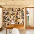 壁面いっぱいに作り付けられたシンプルな巨大本棚