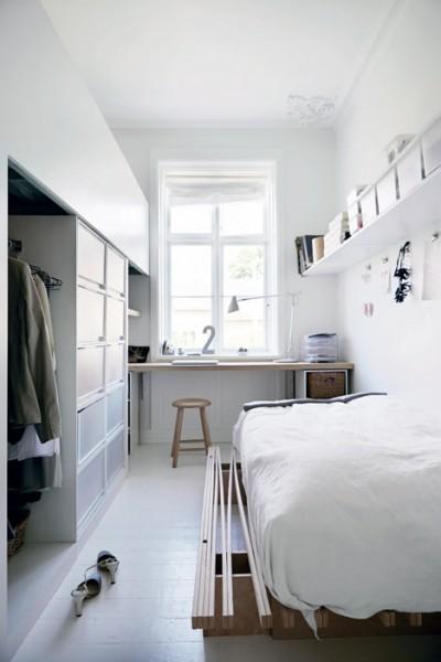大きな作り付け収納とカウンターデーブルのあるベッドルーム