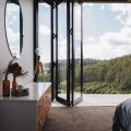 ウッドデッキのテラスのある開放的なベッドルームからの眺め