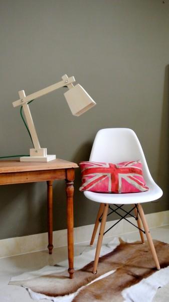 木製のデスクスタンドランプTAF_Wood_Lamp_Muutoをサイドテーブルの上に置く2