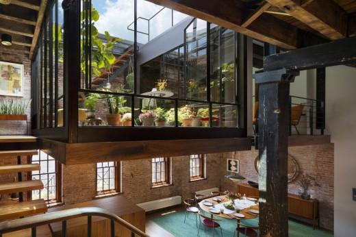 トライベッカに建つロフトハウスのリビング・ダイニングとその上の中二階のテラス2