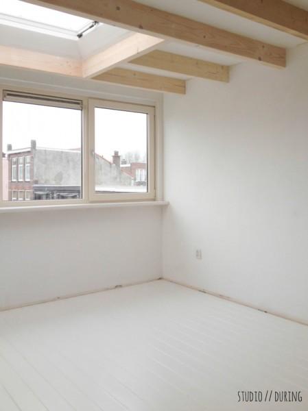 大きな窓の脇に広く大きなカウンターテーブルを置いた明るいワークスペース リノベ中2