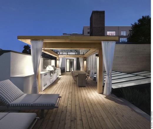 ウッドデッキの陸屋根の屋外ダイニング・キッチンの夜