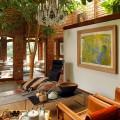 屋内に木が植えてある家の吹き抜けのダイニング