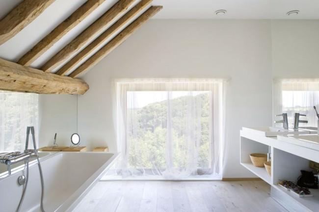 低い掃き出し窓のあるロフトのバスルーム