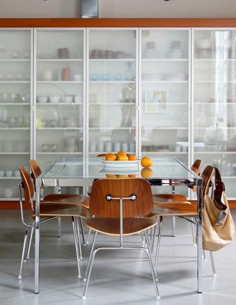 ガラス扉の大きな造作食器戸棚のあるキッチン1