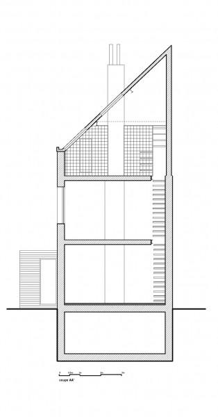 最上階の勾配天井の下に天窓付きのロフトベッドエリアのある家の立面図