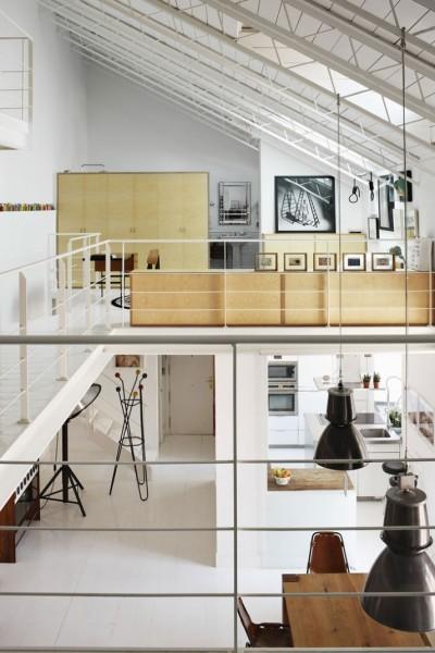ロフトハウスの中二階から階下のダイニング・キッチンを望む