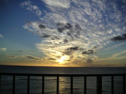 海沿いのペントハウスのベランダの屋外リビングスペースからの夕日2