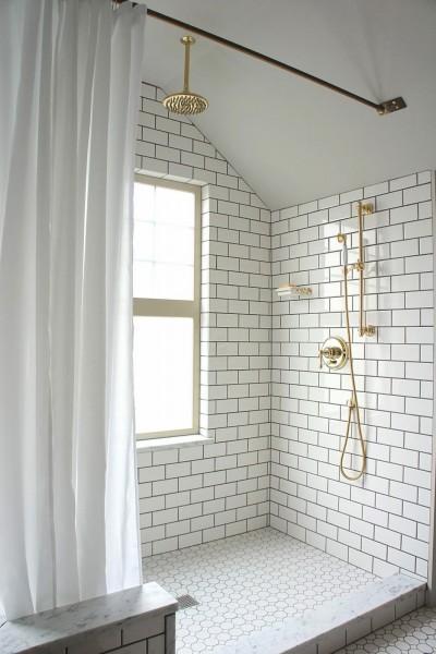 サブウェイタイルとゴールドパーツのバスルーム