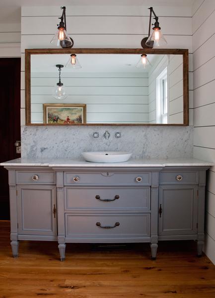 洗面台の上から2つ並んで垂れ下がる透明感のあるガラスシェードのアームランプ2