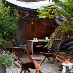 ウッドデッキの屋上庭園のコーナースペースに作り込まれたオーニング付きの屋外ダイニング1