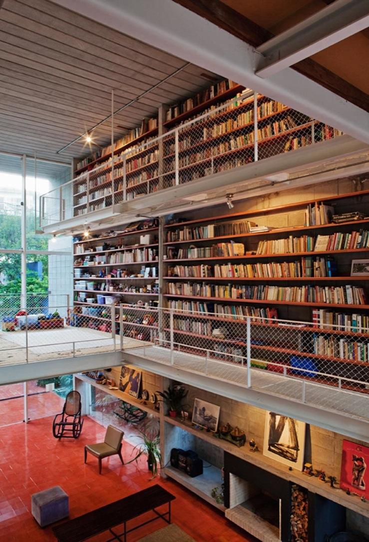 壁面いっぱいに造作本棚の作り付けられた吹き抜けのリビング