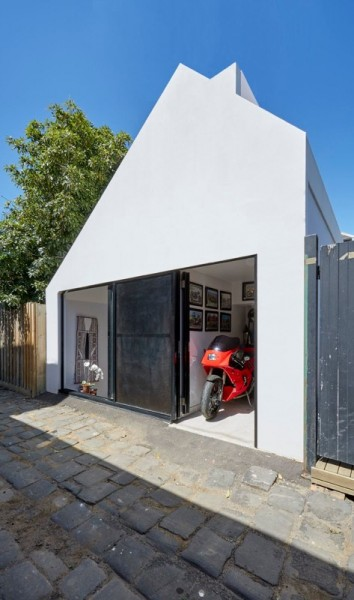 入ってすぐにリビング・ダイニング、その向こうに中庭のある60cmほど掘り下げた家のバイク用車庫1