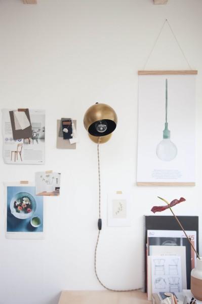 ワークスペースの壁に取り付けられた丸い真鍮のシェードの可愛らしいウォールランプ_[0]