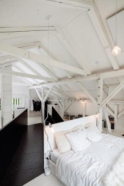 納屋をリノベーションしたロフトハウスのロフトのベッドルームと逆側の多目的スペース