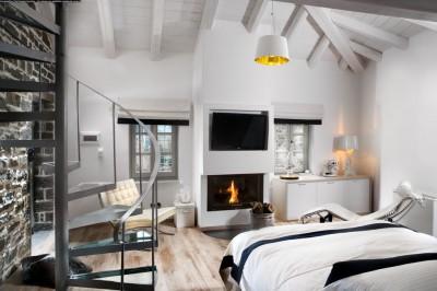 暖炉付きのベッドルーム
