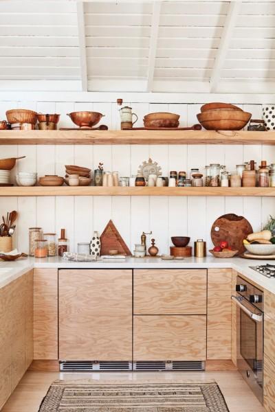 美しい板目の合板を用いたキッチンカウンターと、その上に木製オープンシェルフのある、木材の質感あふれるキッチンスペース