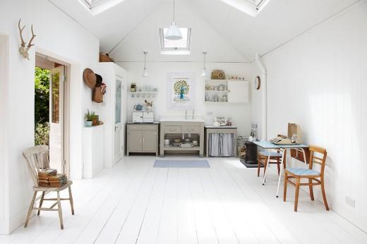 庭に建てられた平屋の多目的スペースのキッチン