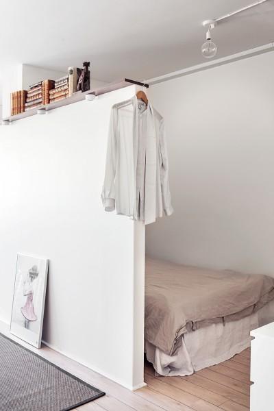 壁で仕切られたベッドルームのあるスウェーデン エステルマルムの1LDKのベッドルーム