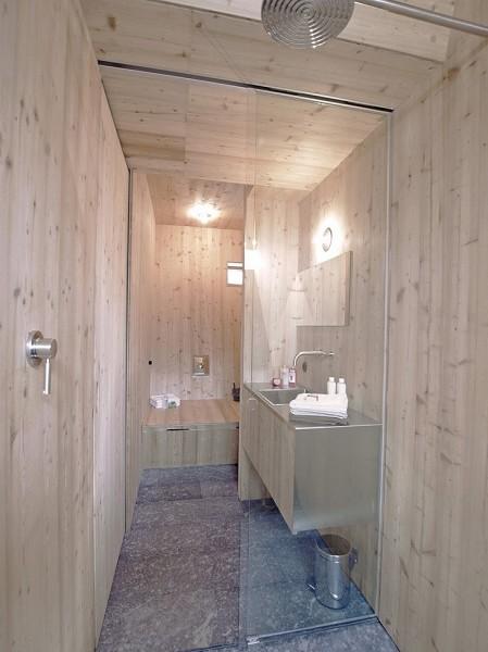 東アルプスに建つコテージのカラマツ板張りのバスルーム