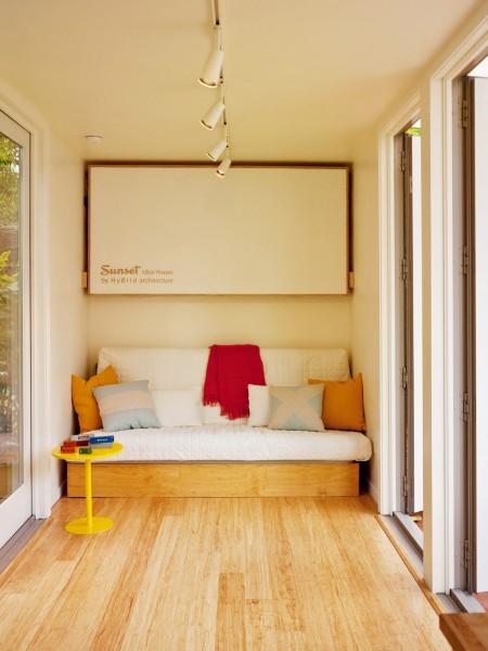 10.7畳のスペースに2つのダブルベッドとリビング、キッチン、バスルームのあるコンテナハウスのリビング