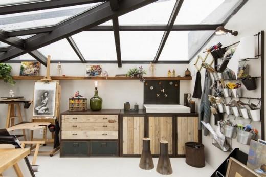 全体ガラス張りの天窓の下の明るく開放的なワークスペース 作業スペース サイドに洗い場 壁面に収納