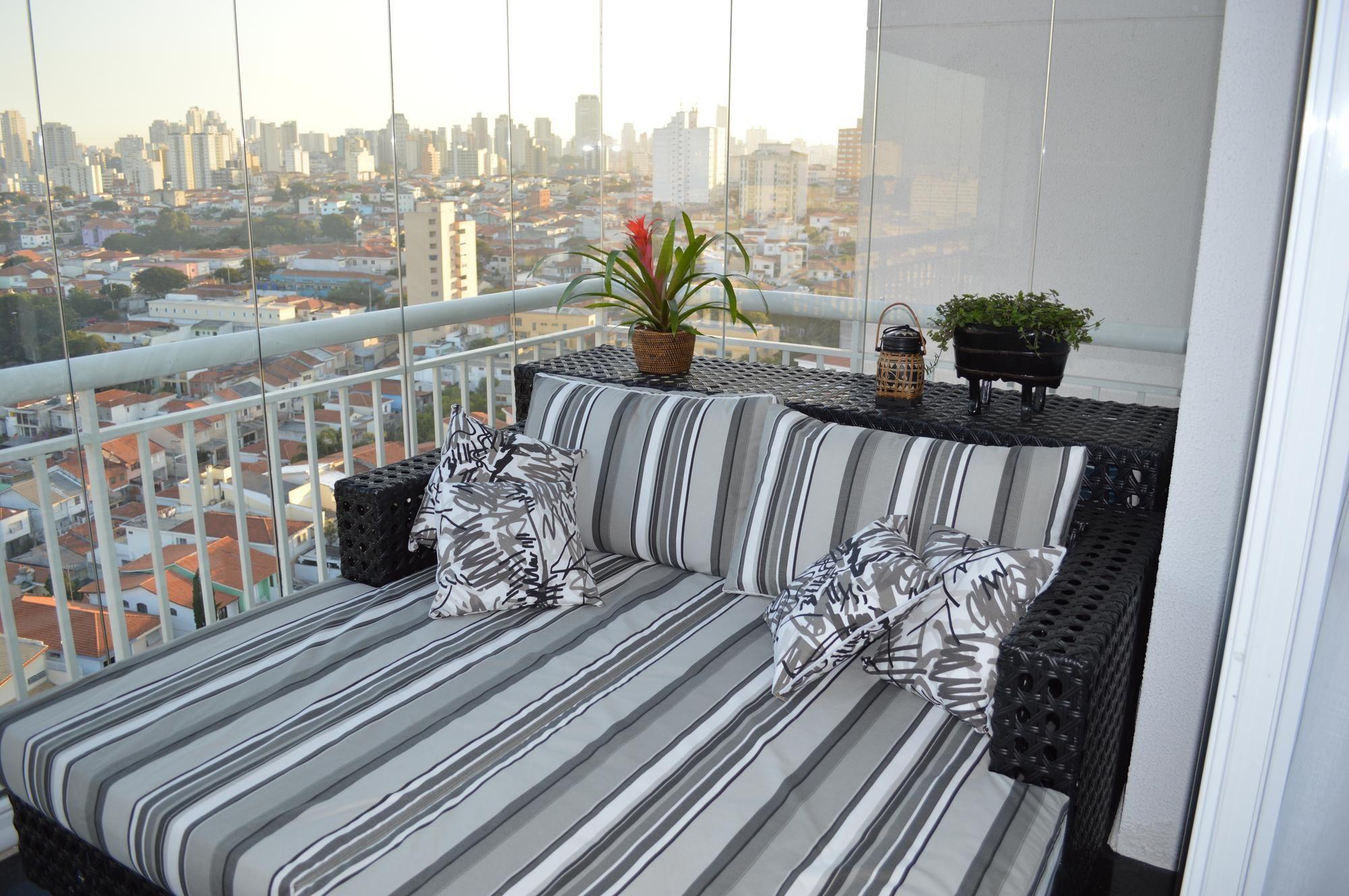 座り心地の良いソファの置かれた見晴らしの良いベランダの屋外リビングスペース