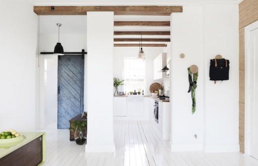 格子窓の入った縦長の上げ下げ窓のある細長いキッチンスペース 遠景
