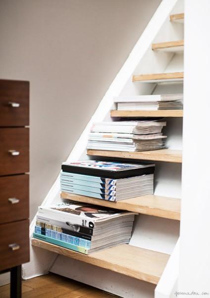 ロフトに上がる階段を雑誌置き場に