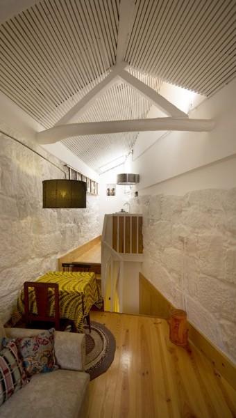 ポルトガル ポルトの中心部に建つ三角形の狭小住宅の最上階のリビング・ダイニング・キッチン