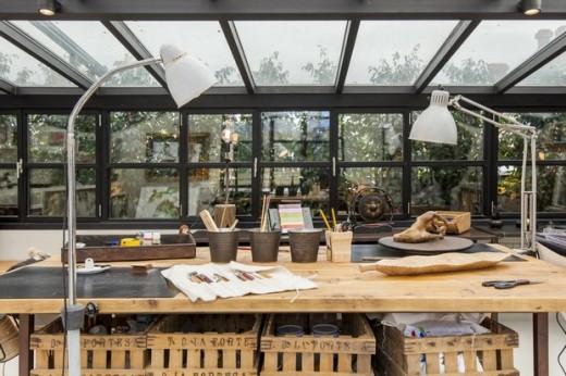 全体ガラス張りの天窓の下の明るく開放的なワークスペース 作業スペース テーブル下は収納 両サイドにワークランプ