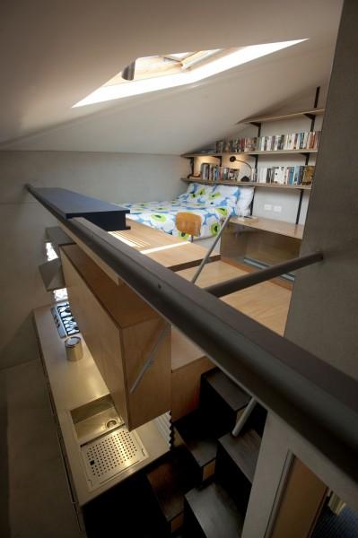 キッチンの上にあるロフトのベッドルーム