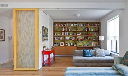 木製フレームとアクリル樹脂の半透明パネルのスライドドアで仕切られるリビングの一画 ドアを開けたところ