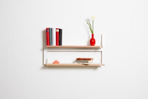 フラットに壁に収納できる壁面収納Flapps Shelf 横長2段に本と花瓶
