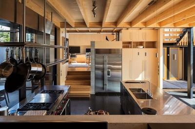 傾斜地に建つスキップフロアの家のキッチン1