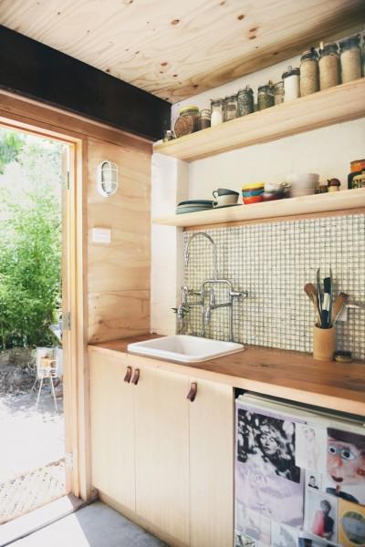 テラスの脇のレトロなタイル張りのキッチン