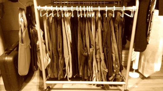 衣類収納クローゼットの下段のボトムス用のハンガーラックを入れた衣類 2