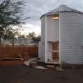 穀物サイロを流用して作った円筒形のコンパクトハウスの外観