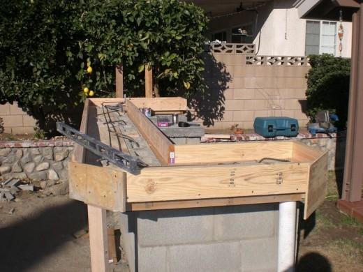 DIYで作った、レンガのカウンターやBBQグリル、シンクのある立派なアウトドアキッチン DIY22 カウンタートップを作るための木枠を作る